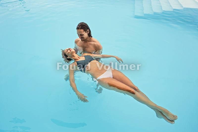 Schweben im Wasser Pärchen entspannt im Pool