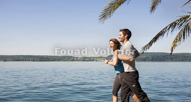 Paar joggt am Seeufer