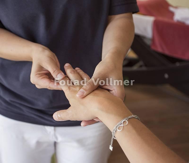 Masseur bei Handmassage