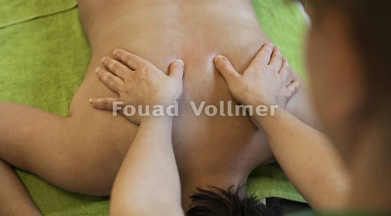 Symmetrische Rückenmassage der Schulterblätter von oben
