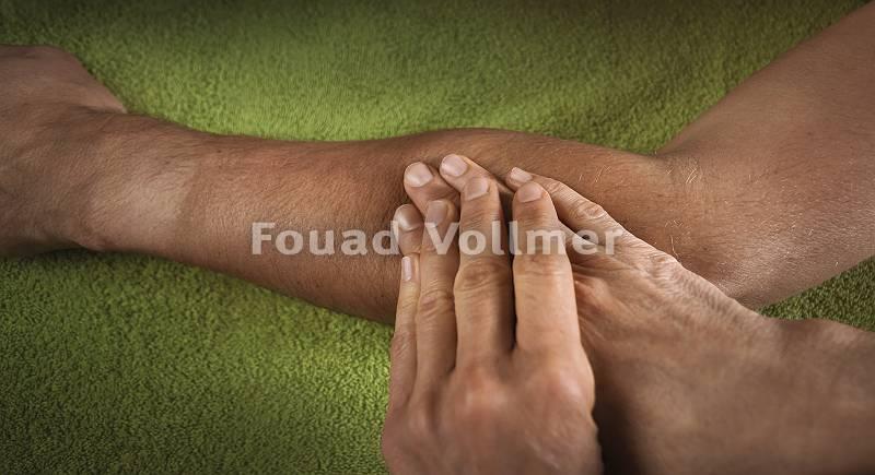 Masseur bearbeitet Unterarm während Massage