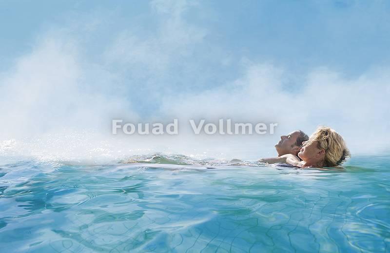 Paar genießt gemeinsam die Sonne im Pool
