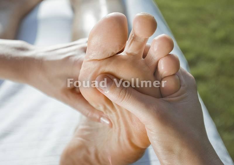 Wohltuende Fußmassage im Freien bei Sonnenschein