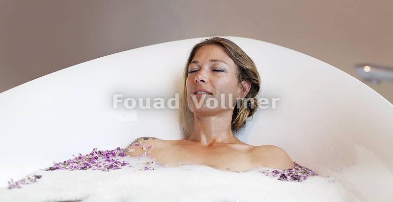 Frau entspannt sich bei einem luxuriösem Schaumbad