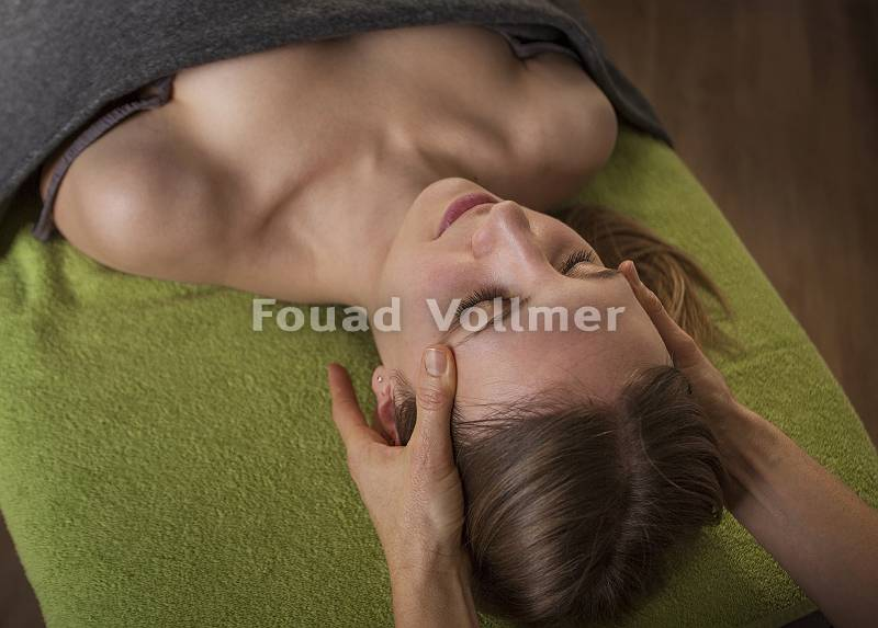 Entspannende Kopfmassage auf grünem Handtuch