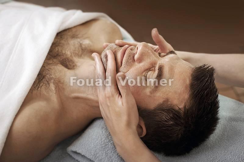 Angenehme Gesichtsbehandlung für den Mann