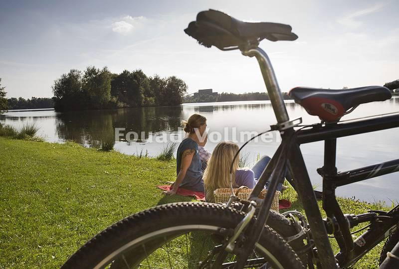 Freundinnen genießen nach Radtour den Blick über den abendlich