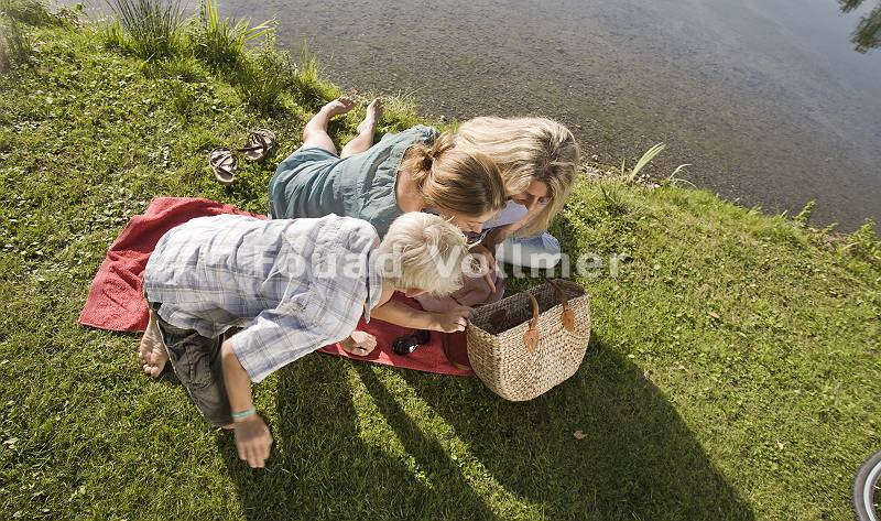 Familie sieht neugierig in Picknickkorb