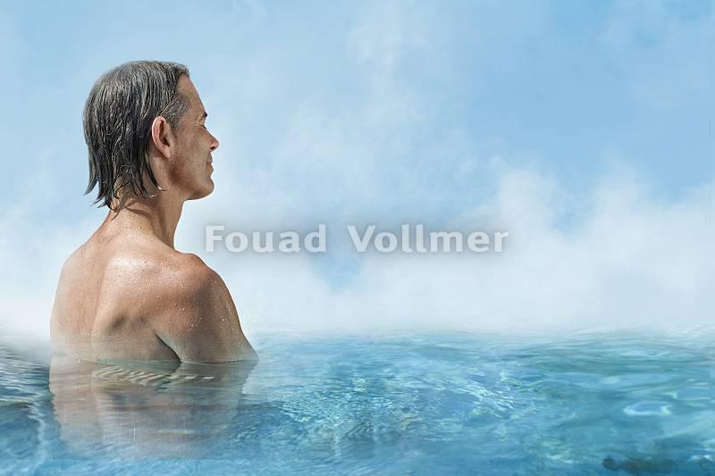 Mann genießt die Stille im Pool