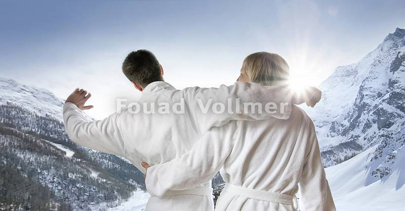 Paar im Bademantel reckt sich der alpinen Morgensonne entgegen