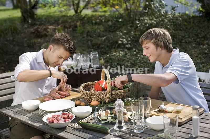 Zwei junge Männer treffen Vorbereitungen für ein gemeinsames G